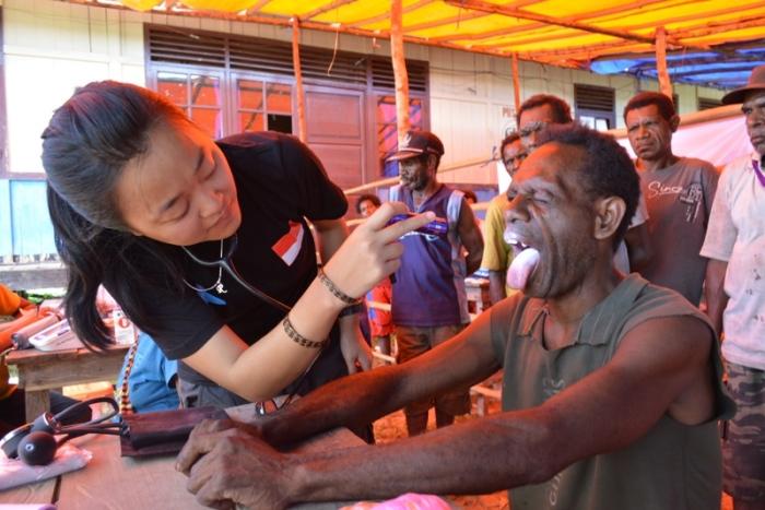 dr. Riny Sari Bachtiar, MARS, sedang memeriksa pasien dalam pelayanan medis Flying Doctors (Dokter Terbang) doctorSHARE di Kabupaten Mappi, Papua