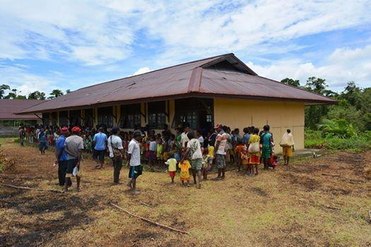 Gedung sekolah ini adalah satu-satunya bangunan berdinding semen di Desa Basman. Isinya kosong. Tak ada bangku-kursi, tak ada seorang guru pun yang mengajar.