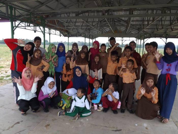 Juni bersama para siswanya di Aceh Timur